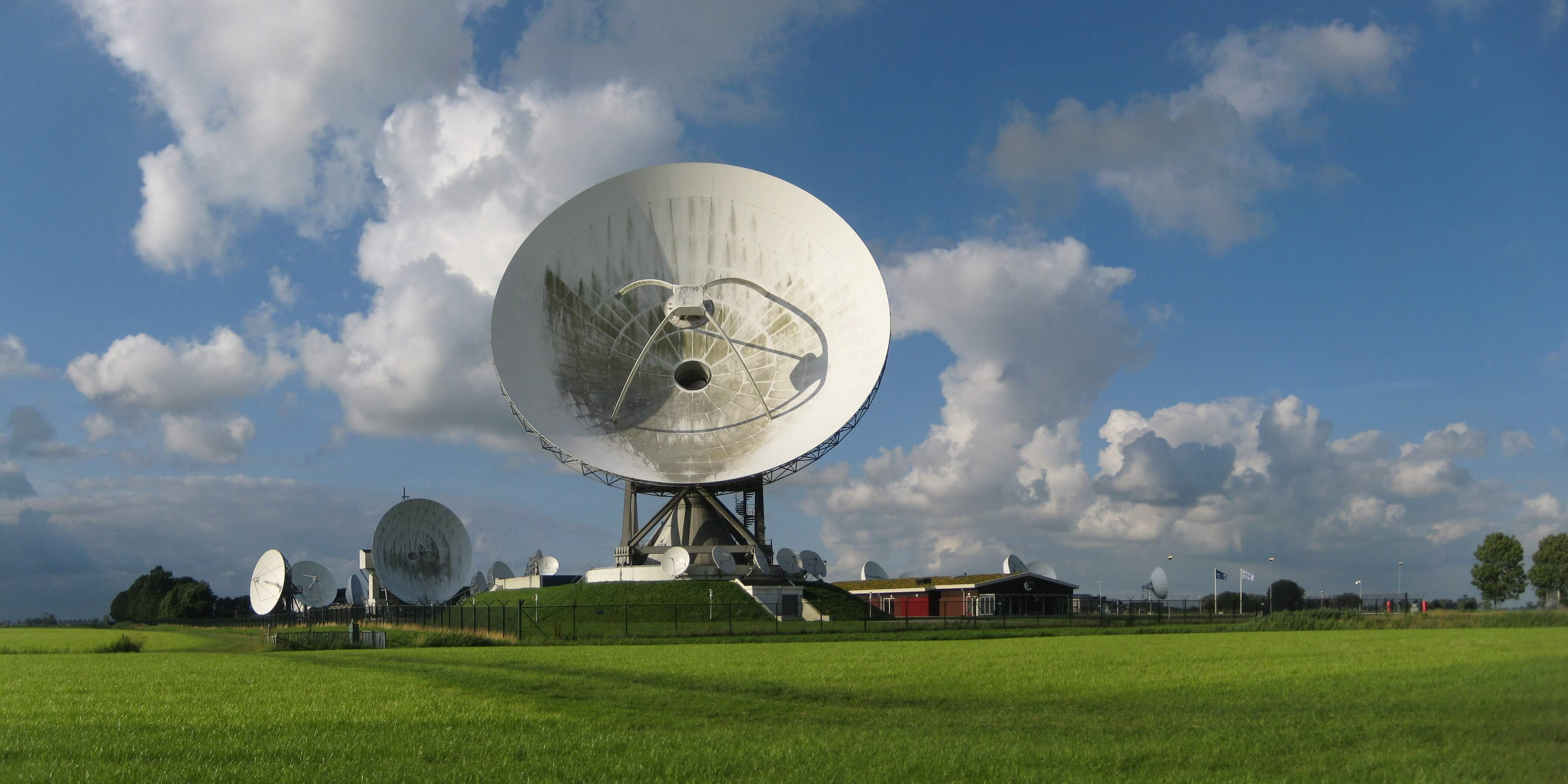 Satellietgrondstation van de Nationale SIGINT Organisatie (NSO) bij Burum, Friesland in 2012. © Wutsje / Wikimedia Commons / CC BY-SA 3.0